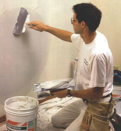 Cómo reparar daños en paredes y cielo rasos de yeso