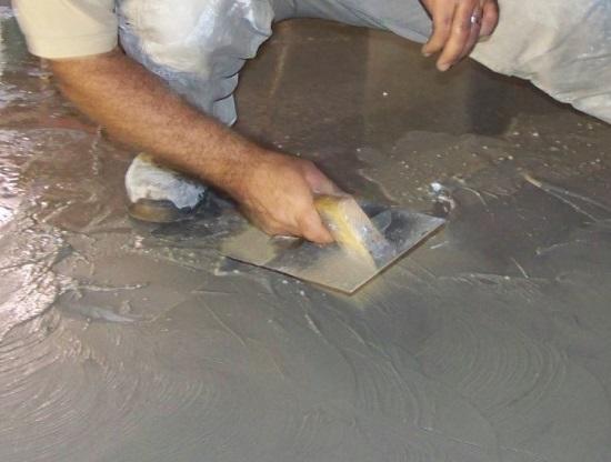 Cómo colocar piso de cemento pulido en interiores
