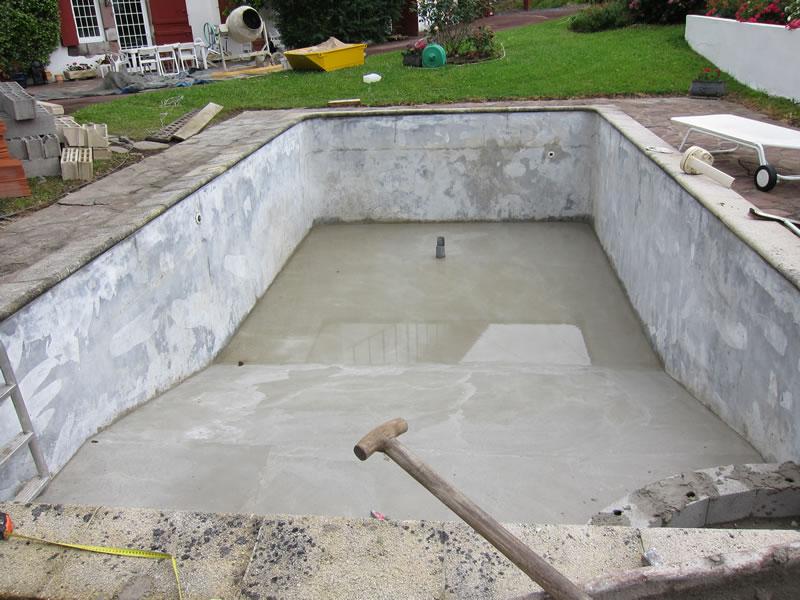 Cómo reparar grietas en una piscina de cemento