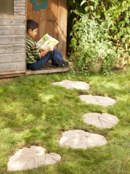 Para hacer estas huellas de jardín se empleó como molde una hoja de gran tamaño.