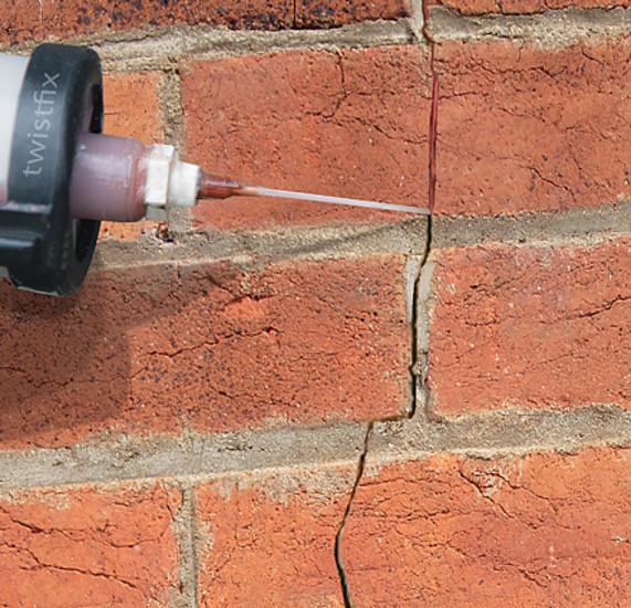 Cómo reparar ladrillos agrietados en un muro