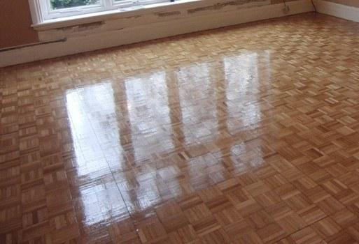 Cómo plastificar pisos de madera tipo parquet