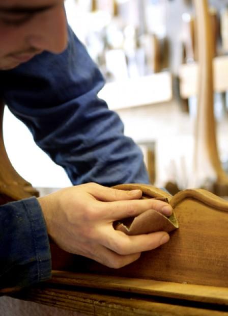 Consejos para lijar a mano un mueble de madera