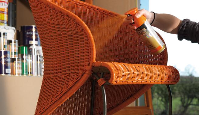 Cómo colorear muebles usando pintura en aerosol