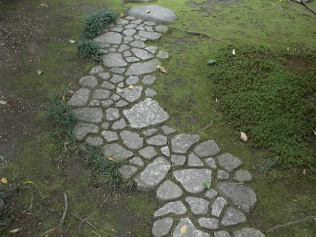 Cómo construir un camino empedrado en el jardín
