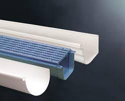 Cómo colocar canaletas de desagüe con bajantes invisibles