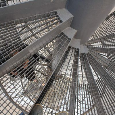 C mo elegir una escalera met lica para el hogar alba iles for Escaleras metalicas con descanso