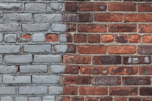 Cómo remover la pintura de un muro de ladrillos