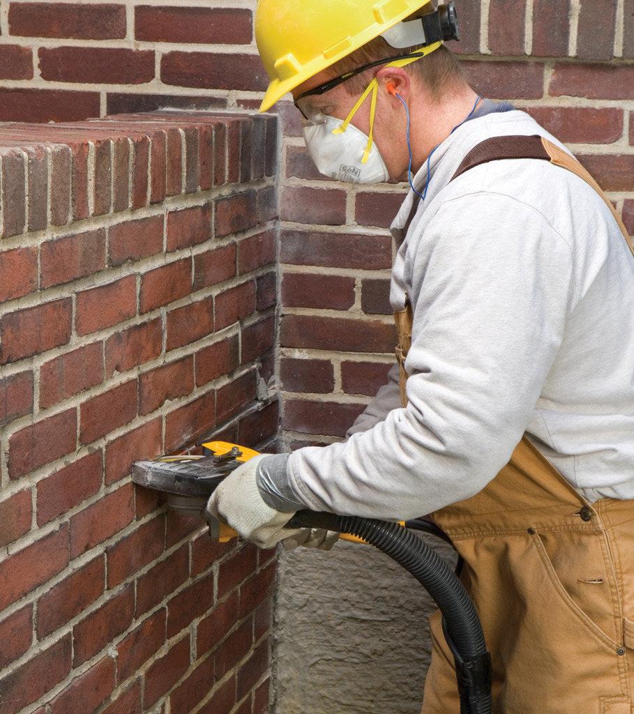 Cómo reparar las juntas de mortero en una pared de ladrillos
