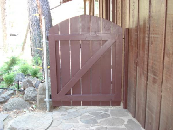 Carpinter a c mo construir una puerta para la cerca del for Puerta jardin madera