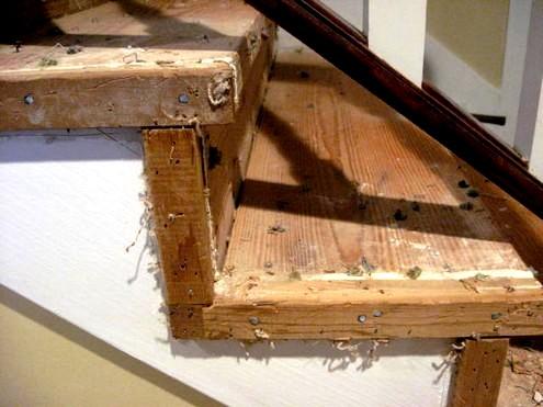 Cómo renovar la pintura en las escaleras de madera