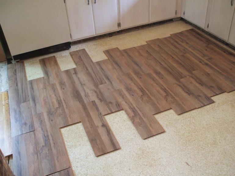 Cómo instalar un piso de madera contrachapada sobre cemento