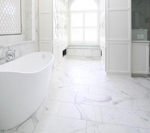 Cómo colocar un piso de baldosas cerámicas en el baño