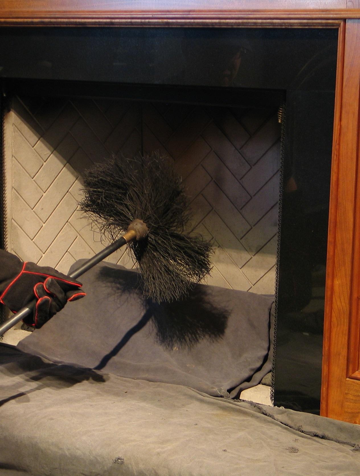 Cómo hacer el mantenimiento básico de una chimenea a leña