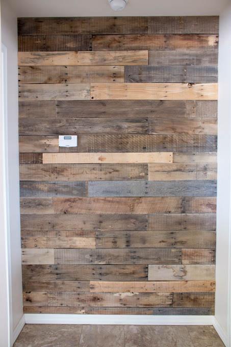 Cómo revestir una pared con madera de palés