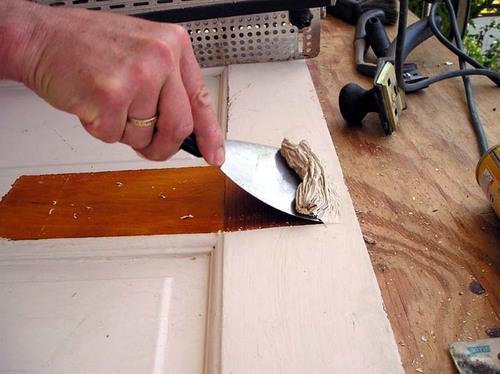 Cómo preparar una puerta de madera antigua para volver a pintarla