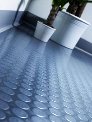 Cómo limpiar un piso con revestimiento de goma