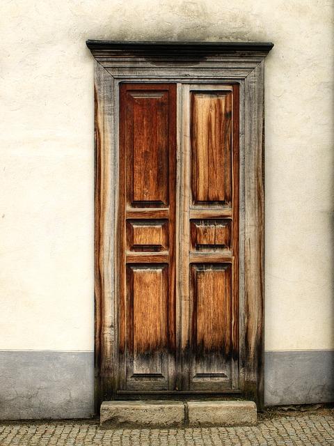 Cómo rejuvenecer una puerta de madera deslucida por la intemperie