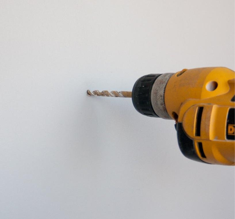 Cómo taladrar agujeros y atornillar en paredes de mampostería