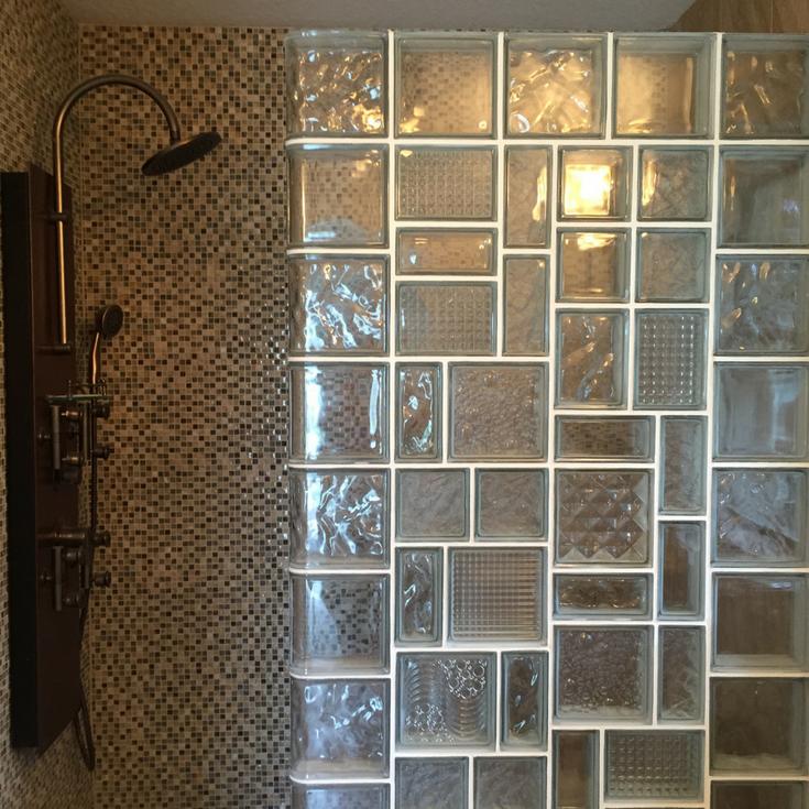 Limpieza de las paredes de ladrillos de vidrio en la ducha