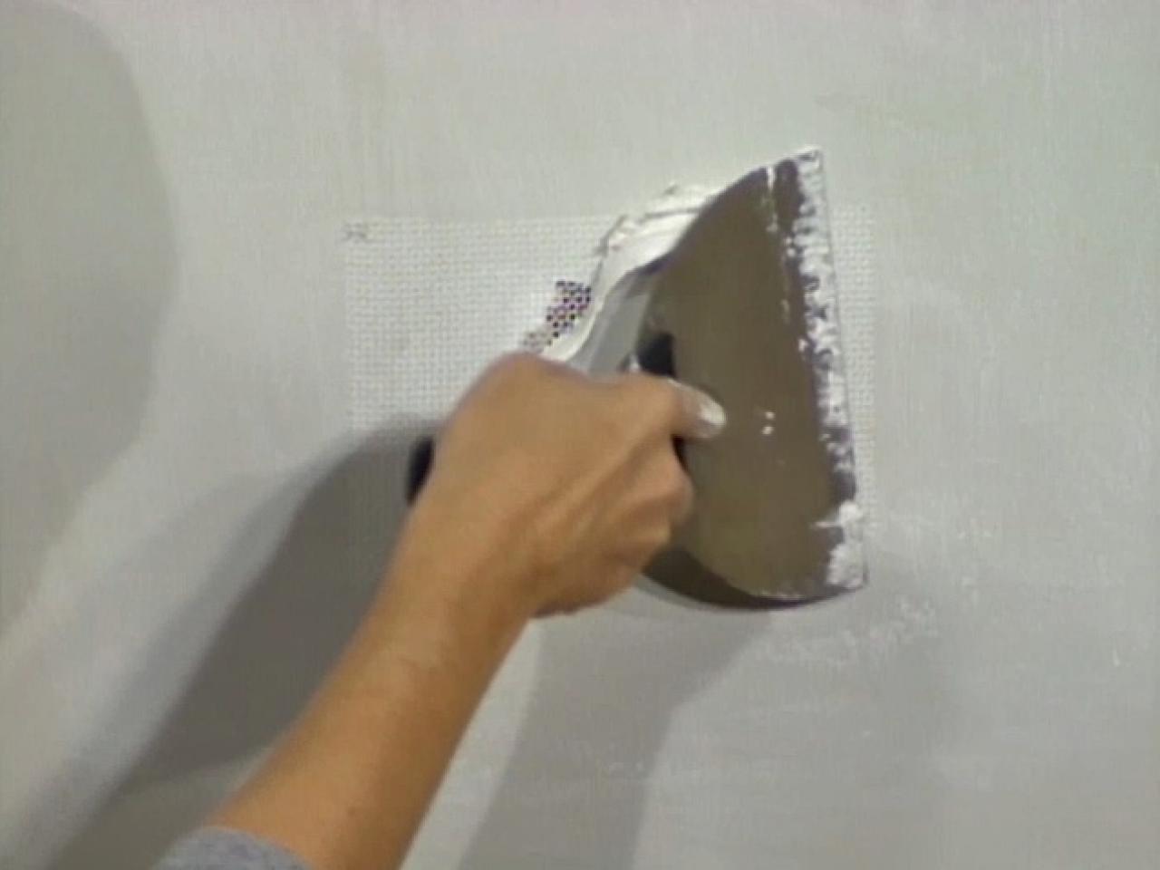 Cómo reparar paredes de yeso dañadas por la humedad